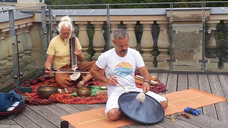 klang yoga online mantra konzert im yogastudio golden yoga dresden mit ramadhuta holger lieberenz und axel kabbe